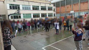 Foto de los alumnos reunidos en el patio con motivo del día de la mujer